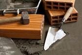 Truelle-et-briques-avec-sol-en-beton-humide